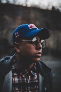 moda-urbana-masculina-gorras